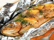 Печена риба пъстърва на фурна със зехтин, портокал, розмарин и босилек във фолио